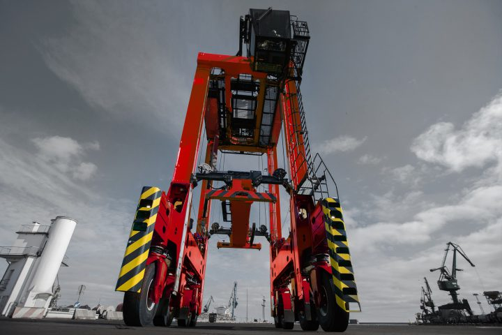 Kalmar signs deal for eight straddle carriers